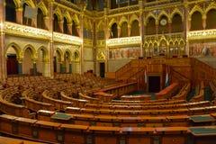 Drewniani siedzenia w rzędzie w Budapest parlamencie obraz stock