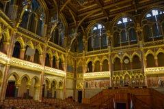 Drewniani siedzenia w rzędzie w Budapest parlamencie obrazy royalty free