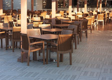 Drewniani stoły w plenerowej restauracyjnej fotografii Zdjęcie Royalty Free