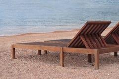 Drewniani sunbeds na pięknej plaży blisko morza zdjęcie royalty free