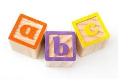 Drewniani sześciany z a, b i c, piszą list odosobnionego Zdjęcia Royalty Free