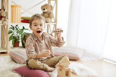 Drewniani sześciany z słowem równość w rękach chłopiec obraz stock