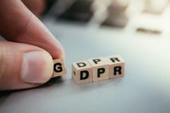 Drewniani sze?ciany z listu ?GDPR? ? dla Og?lnego ochrona danych przepisu k?amaj? na laptopie zdjęcia royalty free