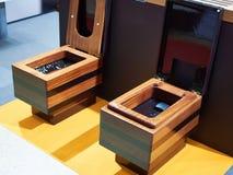 Drewniani toaletowi puchary w sklepie obraz royalty free