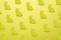 Drewniani Wielkanocni króliki jak atrybut Wielkanocny świętowanie Żółty tło fotografia stock