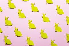 Drewniani Wielkanocni króliki jak atrybut Wielkanocny świętowanie Różowy tło obraz stock
