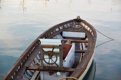 Drewniany łódkowaty rocznika typ na na morzu kuszetce Obraz Stock