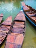 Drewniany łódź pławik w jeziorze fotografia royalty free