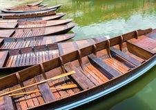 Drewniany łódź pławik w jeziorze zdjęcie royalty free