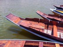 Drewniany łódź pławik w jeziorze zdjęcia royalty free