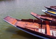 Drewniany łódź pławik w jeziorze obraz royalty free
