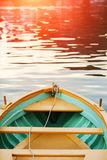 Drewniany łęku pokład Drewniana łódź Denny zmierzch, słońce łuna Fotografia Stock