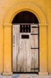 Drewniany łukowaty wejście. Zdjęcie Stock