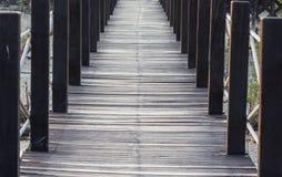 Drewniany ścieżka sposób wśród Namorzynowego lasu obrazy stock