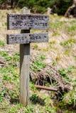 Drewniany śladu znak, Toaletowy teren i źródło wody przy Obozowym miejscem, zdjęcia royalty free
