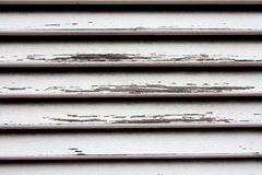 Drewniany żaluzja szczegół z uszkadzającym bielu lakierem Fotografia Stock