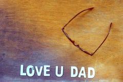 drewniany abecadło list tworzy tekst miłości U tata Obrazy Royalty Free
