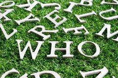 Drewniany abecadło w sformułowaniach który na sztucznej zielonej trawie obraz stock