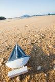 drewniany żagla statku zabawki model w dennym piasku Zdjęcia Royalty Free