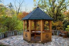 Drewniany alkierz w pięknym jesień parku obrazy stock