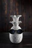 Drewniany ananas z okularami przeciwsłonecznymi na drewnianym tle Zdjęcie Stock