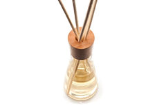 Drewniany aromata zdrój wtyka w butelce, odosobnionej na bielu Fotografia Royalty Free