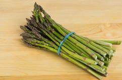 drewniany asparagusa freash deskowy tnący zdjęcia stock