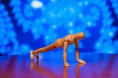 Drewniany atrapy, mannequin lub mężczyzna figurki ćwiczyć, Obraz Royalty Free