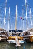 Drewniany błękitny połowu statek w porcie morskim Zdjęcia Stock