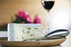 drewniany błękitny serowy talerz Obraz Stock