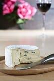 drewniany błękitny serowy talerz Fotografia Stock