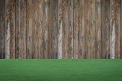 Drewniany backgound, zielona trawa Zdjęcia Stock