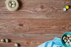 Drewniany backgrond z przepiórek jajkami Zdjęcia Royalty Free