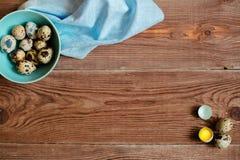 Drewniany backgrond z przepiórek jajkami Obrazy Royalty Free