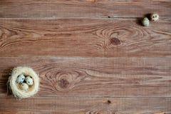 Drewniany backgrond z przepiórek jajkami Obraz Royalty Free