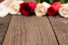 Drewniany baclground z czerwonym i bielem blured róże Kobieta dzień, Obrazy Royalty Free