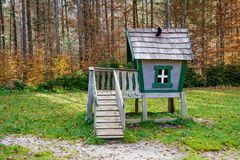 Drewniany bajki domek na drzewie, bawić się dom na dziecka boisku Fotografia Stock