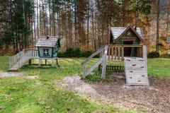 Drewniany bajki domek na drzewie, bawić się dom na dziecka boisku Obrazy Stock