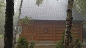Drewniany bela kraju chałupy dom przy ciężką ulewą z wiatrem, grzmotem i błyskawicą, Jesieni prognoza pogody spadku nastrój zbiory