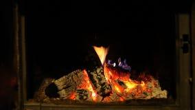 Drewniany bela ogienia oparzenie w grabie, romantyczna atmosfera zbiory
