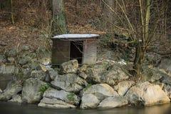 Drewniany beli kabiny zwierzęcy dom w zima lesie Obrazy Royalty Free