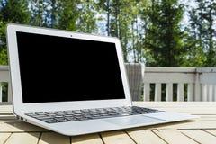 Drewniany biały biurowego biurka stół z otwartego pustego laptopu pustą przestrzenią Frontowy widok z kopii przestrzenią Popielat Obraz Stock