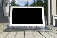 Drewniany biały biurowego biurka stół z otwartego pustego laptopu pustą przestrzenią Frontowy widok z kopii przestrzenią Popielat Obrazy Royalty Free