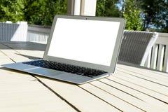 Drewniany biały biurowego biurka stół z otwartego pustego laptopu pustą przestrzenią Frontowy widok z kopii przestrzenią Popielat Fotografia Royalty Free
