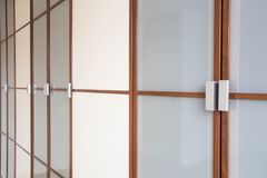 Drewniany biały szaf drzwi zbliżenie dla ubrania nowożytnego nowego projekta obraz stock