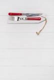 Drewniany biały tło dla menu karty z cutlery w czerwonym whit Zdjęcia Stock