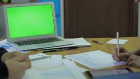Drewniany biurko i cienki laptop z ekranem Dla egzaminu próbnego Up zbiory wideo