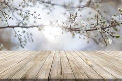 Drewniany biurko na bokeh plamy abstrakcjonistycznym naturalnym tle zdjęcia stock