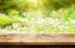 Drewniany biurko na bokeh tle dla wiosny lub lata Obrazy Stock