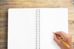Drewniany biurowego biurka stół z notatnikiem, filiżanką kawy i szkłami, Zdjęcia Stock